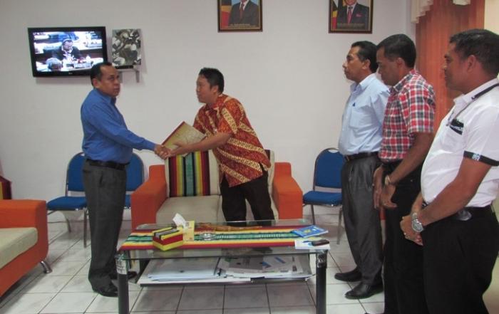 S.E Vice Ministro Entrega Certifikado